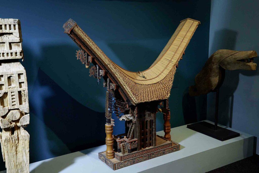 © Sammlung Chesi Stadt Schwaz. Modell eines Tongkonan (Ahnenhaus)