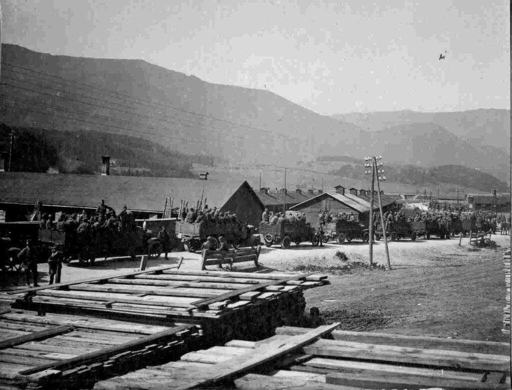 Truppe autotrasportate alla stazione di Brunico, 1915-17 [Archivio MSIG, 116165]